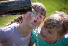 Летняя жара, дети пьют воду