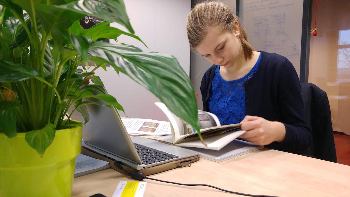 девушка, женщина, офис, работа, практика, студент, лаптоп, ноутбук, бумаги