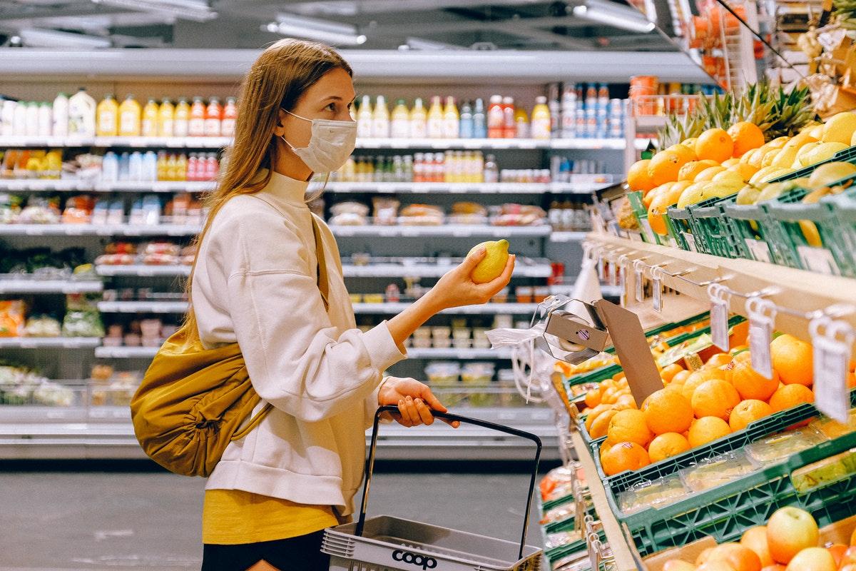 женщина, девушка, карантин, медицинская маска, покупки, продукты, магазин