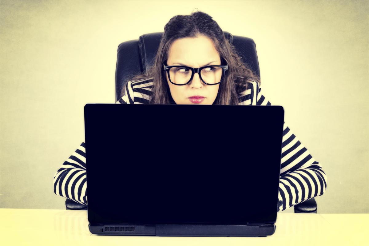 женщина, девушка, параноик, подозрительность, очки, ноутбук, лаптоп
