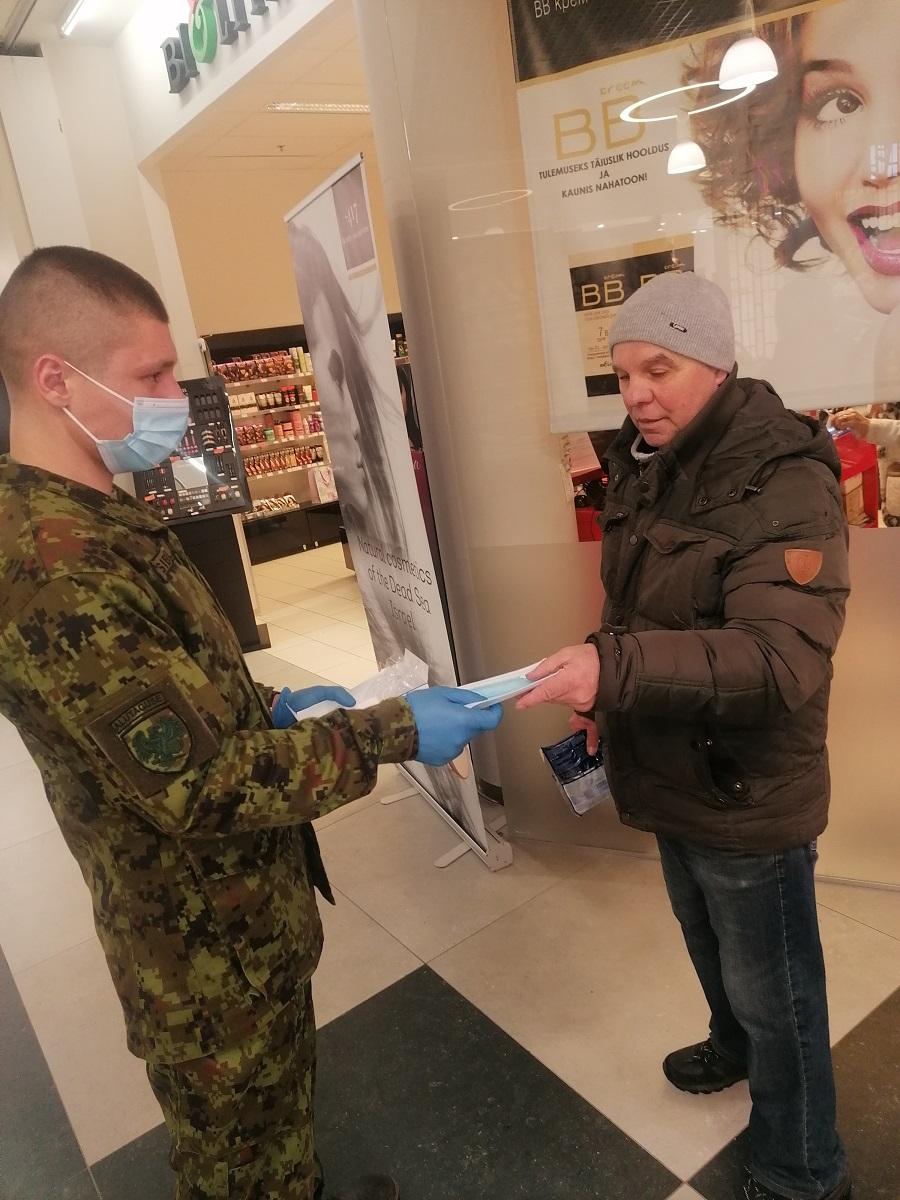 Добровольцы раздают защитные маски в Нарвском торговом центре