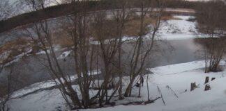 Стоп-кадр видео с подростками на льдине