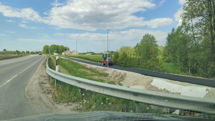 Укладка первого слоя асфальта на пешеходно-велосипедной дорожке вдоль Таллиннского шоссе